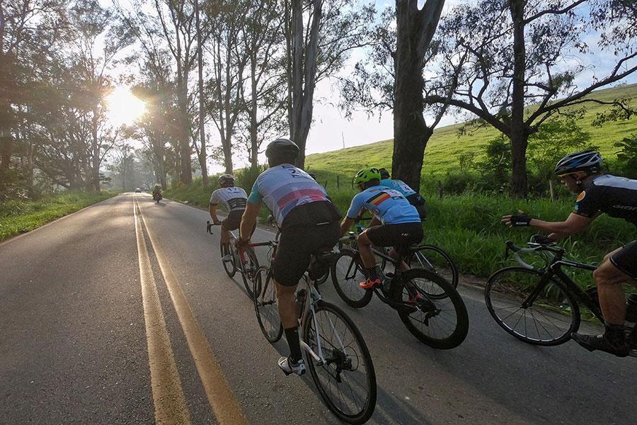 Atletas testam percurso do circuito Grampér de ciclismo amador